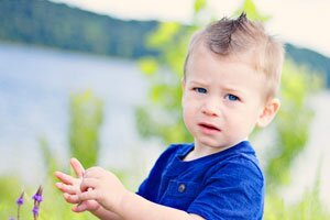ребенок около озера