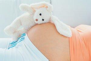 беременная с плюшевым зайкой