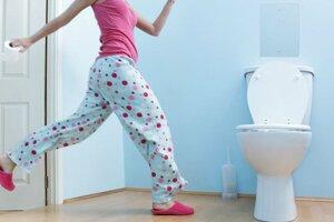 девушка с туалетной бумагой у унитаза