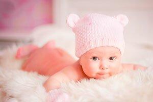 маленький ребенок в розовой одежде